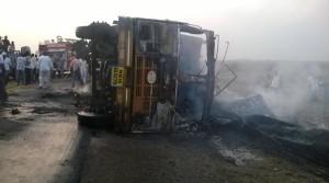 गौ तस्करी से आक्रोशित ग्रामीणों ने लगाई ट्रक में आग