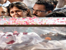 Daughter Pankaja performs last rites of Gopinath Munde in Parli