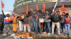 बजरंग दल द्वारा फिल्म पीके का विरोध, प्रदर्शन कर फिल्म रुकवाई