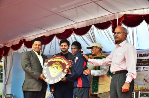 Sarbanand-Sonowal-giving-prize