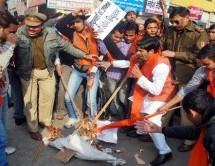 आजम खान की साम्प्रदायिक राजनीति का विरोध, पुतला फूंका