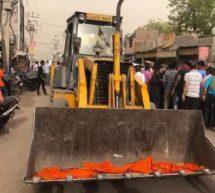 मुख्यमंत्री के आगमन पर प्रशासन ने भगवा पताकाएं हटाईं, लोगों के विरोध पर दोबारा लगानी पड़ीं