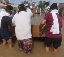 बाढ़ पीड़ितों के लिए संकट मोचक बनकर आए स्वयंसेवक