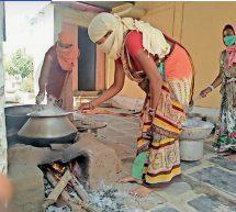छत्तीसगढ़ – क्वारेंटाइन सेंटरों में भोजन बनाने के साथ लोगों का हौसला बढ़ा रहीं महिला कमांडो…