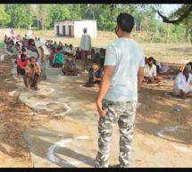 नक्सल प्रभावित क्षेत्र से पैदल ही निकल रहे श्रमिकों के लिए सुरक्षा बलों ने की भोजन की व्यवस्था