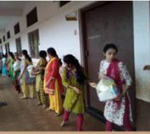 रत्नागिरी जिलेके 'निसर्ग'प्रभावितों की स्वयंसेवक कर रहे सहायता