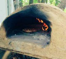 आत्मनिर्भर भारत – गांव लौटे युवा मिट्टी के ओवन में पिज्जा बनाकर बेच रहे