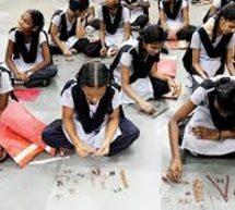 सकारात्मक – शिक्षक बन गांव के बच्चों को पढ़ा रही 14 साल की नंदिनी