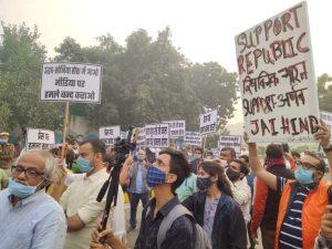 दिल्ली में प्रेस क्लब के बाहर अर्नब की गिरफ्तारी के विरोध में पत्रकारों का प्रदर्शन