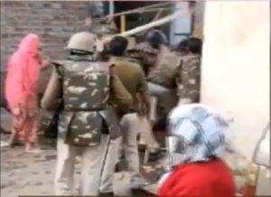 आरोपी रिजवान को गिरफ्तार करने पहुंची पुलिस पर लाठी-डंडों, तलवार से हमला