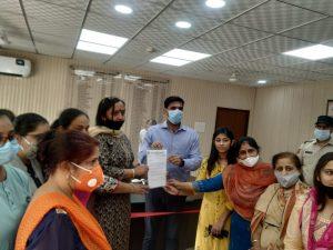 निकिता की हत्या के विरोध में महिला समाजसेवियों ने दिया डीसी को ज्ञापन