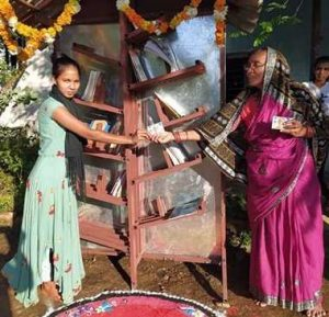 मलकानगिरी – जनजाति समाज की महिलाओं ने प्रारंभ की स्ट्रीट लाइब्रेरी