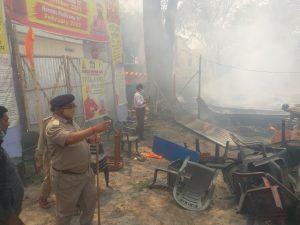 फायर कर्मियों के साथ आग बुझाने में लगे स्वयंसेवक