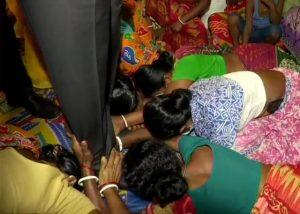 बंगाल हिंसा – जब अपना दर्द बयां करते-करते राज्यपाल से लिपट रोने लगी बुजुर्ग महिला