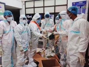 सूरत – अस्पताल प्रबंधन का सहयोग, शमशान में अंतिम विधि का सेवा कार्य कर रहे विहिप व बजरंग दल के कार्यकर्ता