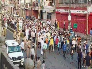 जयपुर – हाजी रफअत अली के जनाजे में उमड़ी भीड़ की सुरक्षा में तैनात रही पुलिस, नियमों के उल्लंघन के बावजूद कार्रवाई नहीं